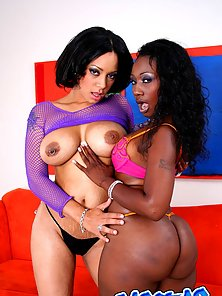 Horny sexy ebony sluts licking on each twat