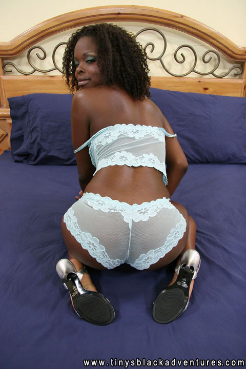 Curvy chocolate slut fingers her tight wet box 6